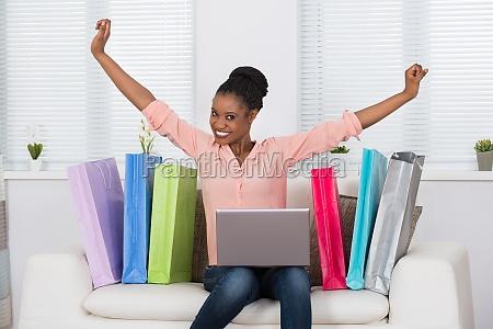 donna eccitata durante lo shopping online