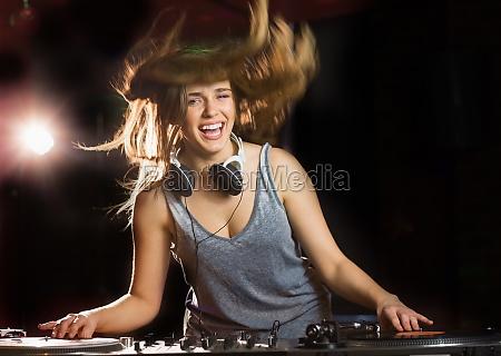piuttosto sorridente dj e balli