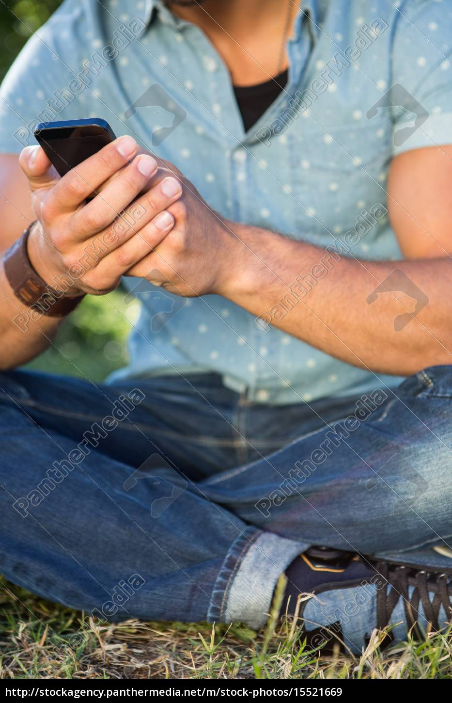 young, man, using, smartphone, in, the - 15521669