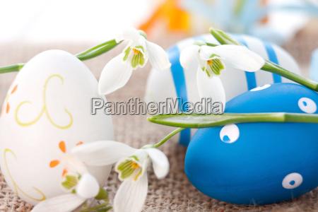 uova di pasqua e bucaneve