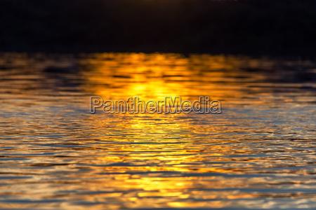 riflessione al tramonto sullacqua