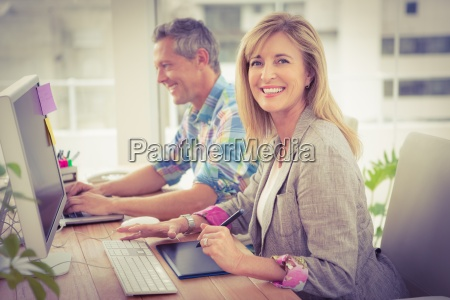 sorridente progettista casuale di fronte al