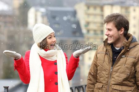 coppia godersi la neve in un