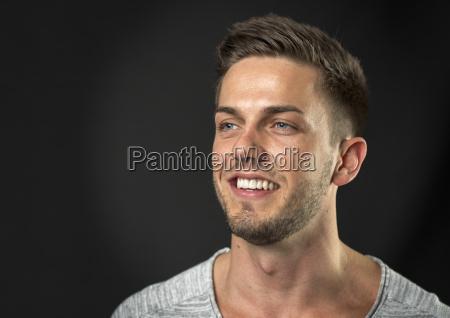 giovane uomo con barba di tre