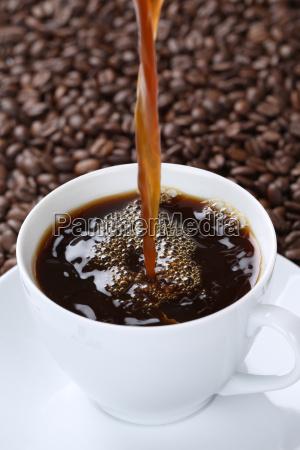 caffe caldo versando in tazza tazza