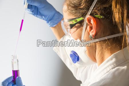 uno scienziato femminile in un laboratorio