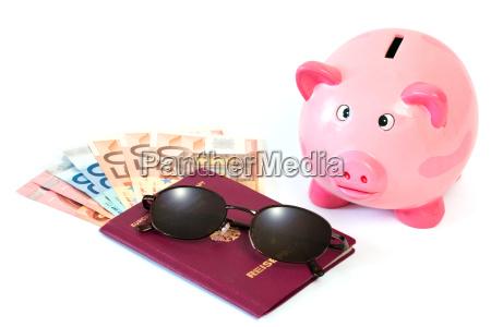 passaporto con denaro e salvadanaio