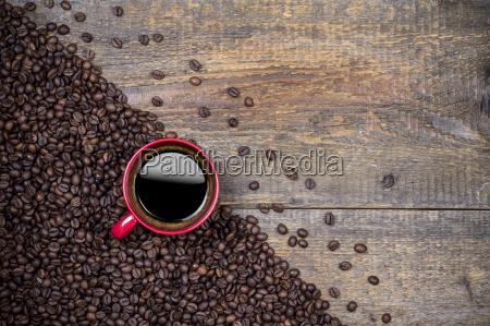 chicchi di caffe e tazza di