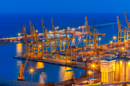 porto di carico marittimo di notte