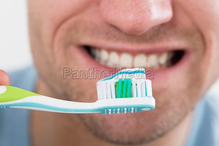 closeup delluomo pennelli denti