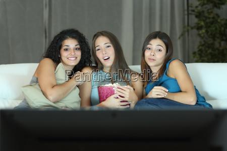 tre amici a guardare film romantico