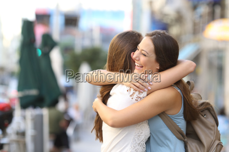 incontro felice di amici che abbraccia