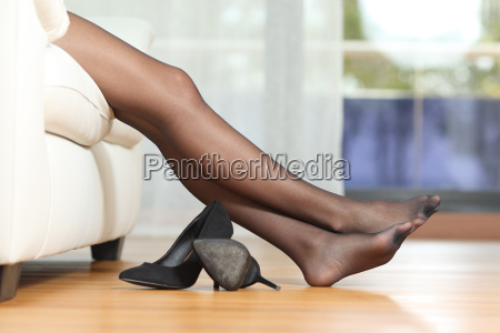 donna gambe stanco riposo sul divano