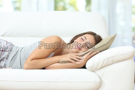 ragazza che dorme o che napping