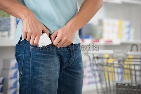 shoplifter mettendo packet in pocket