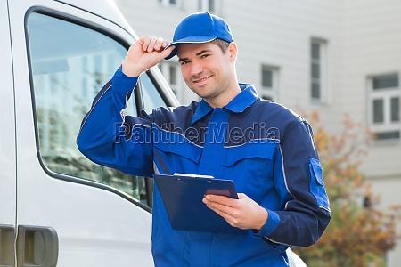 consegna uomo in uniforme holding clipboard