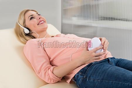donna cuore gravidanza auricolari cuffie contento