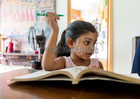 libro di lettura indiano della ragazza