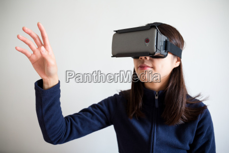 uso donna asiatica del dispositivo vr