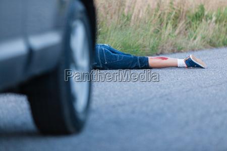gambe impatto morte ruota traffico auto