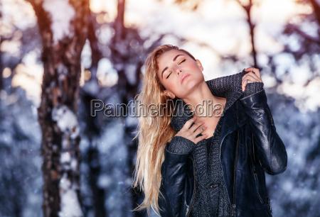 donna alla moda trendy parco inverno