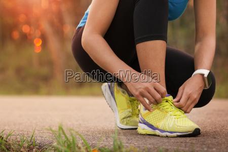 donna legare scarpe sportive pronti per