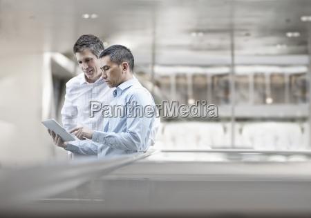 due uomini colleghi di lavoro guardando
