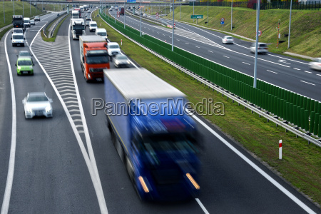 autostrada a quattro corsie con accesso