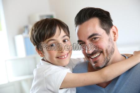 ritratto di padre e figlio rilassante