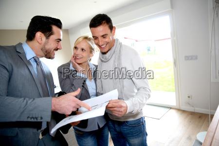 donna casa costruzione risata sorrisi presentazione