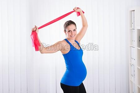 donna incinta facendo esercizio