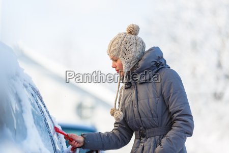 donna inverno gelo mattutino congelamento neve