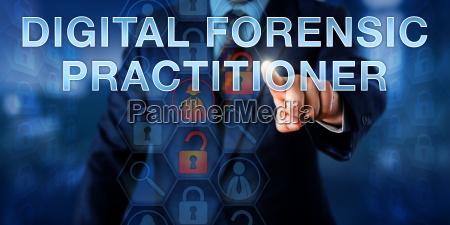ispettore che spinge medico forense digitale