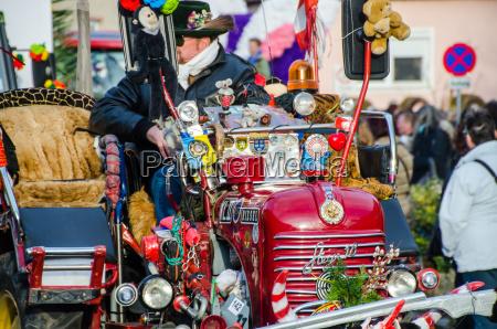 trattore decorato nel carnevale