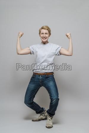 female vincitore in piedi di fronte