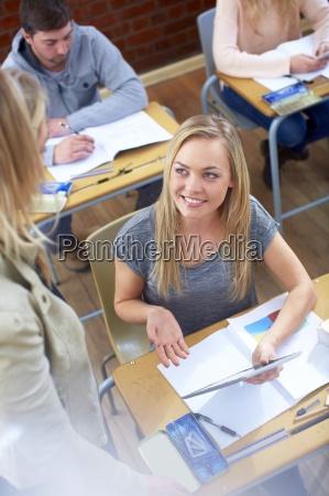 sorridente studentessa con tavoletta digitale e