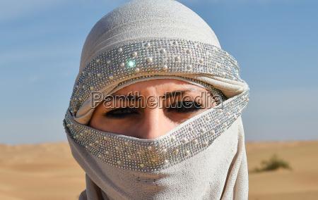 donna con velo facciale nel deserto