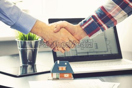 agente immobiliare stringendo la mano con