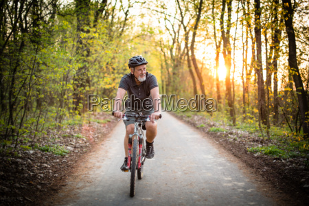 uomo anziano sulla sua mountain bike