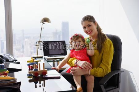 ritratto madre business donna giocare bambino
