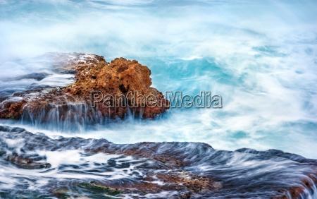 onde rocce roccia scogliera infuriare imperversare