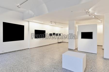 galleria espositiva con illuminazione in stile