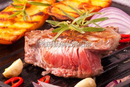 bistecca in una padella di ferro