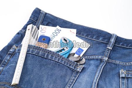 geld und werkzeuge in jeanstasche