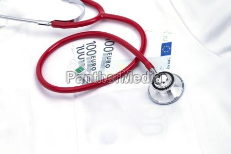 kitteltasche mit stethoskop und rotem herz
