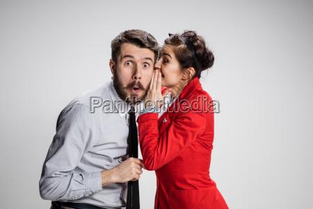 giovane uomo raccontare pettegolezzi al suo