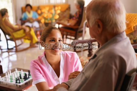 hospice infermiera aiutando anziano uomo su