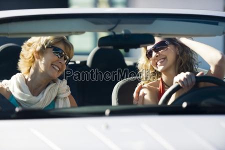 donna risata sorrisi donne amicizia relazione