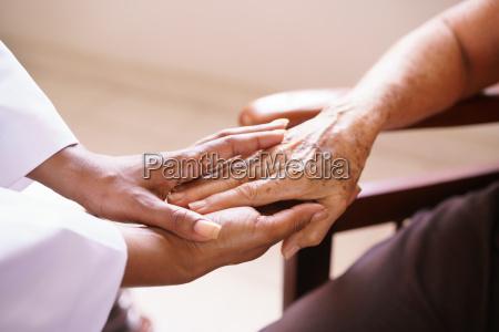donna anziana che parla con il