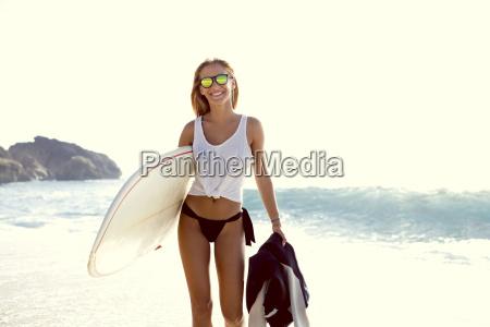 bella giovane ragazza surfista a piedi